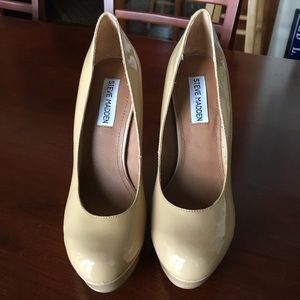 Steve Madden nude closed toe patent leather heels